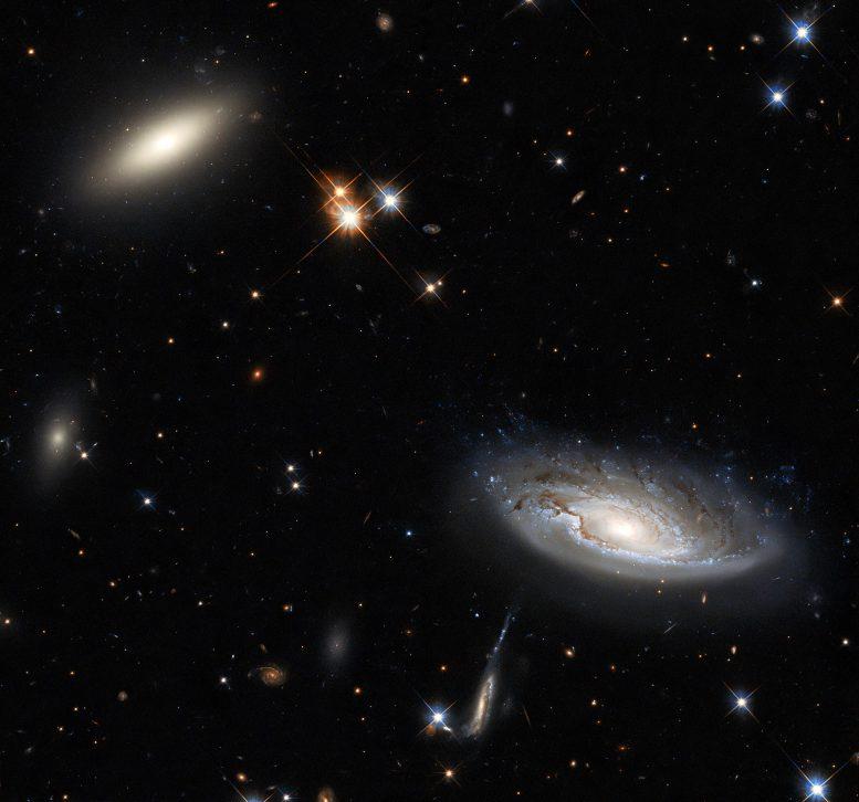 Хаббл запечатлел две гигантские галактики в скоплении галактик Персей