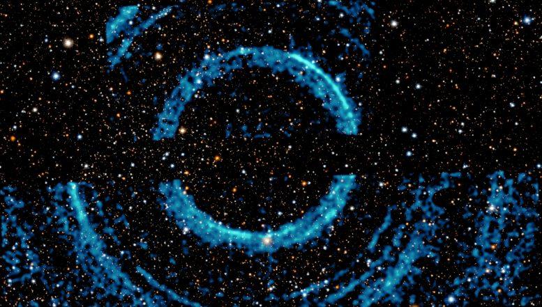 Астрономы обнаружили необычные огромные кольца вокруг черной дыры
